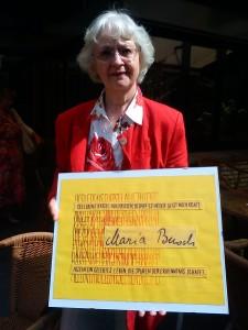 Dr. Annette Hülsmeyer mit Namentuch über Maria Busch